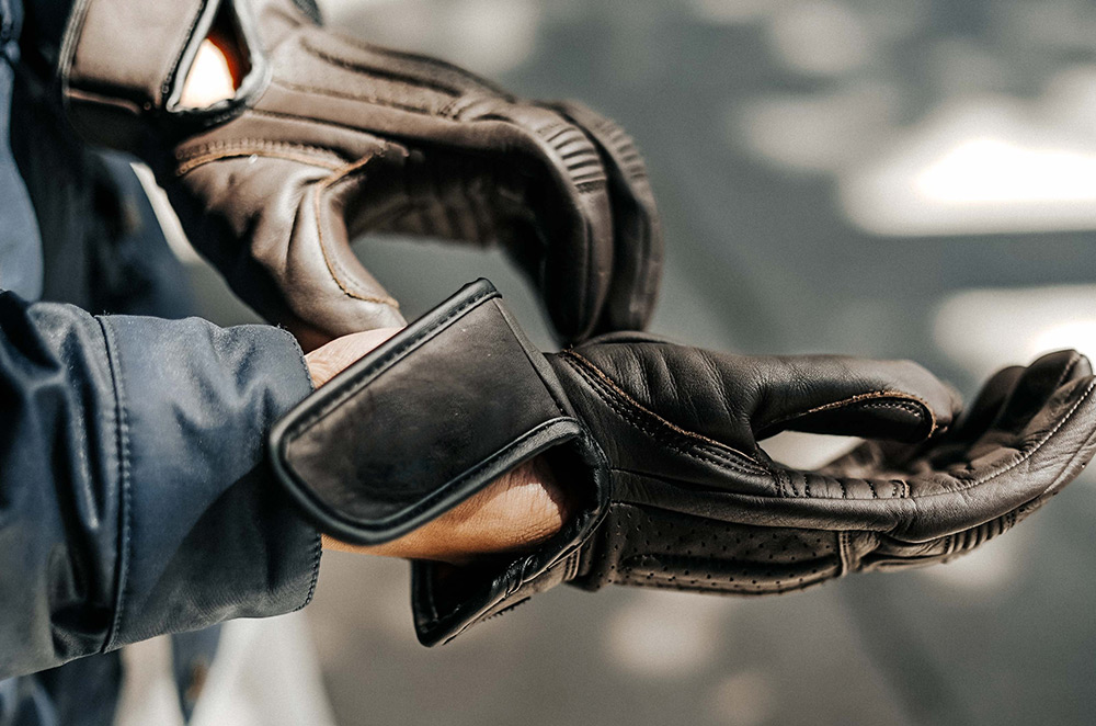 What are the types of riding gloves?