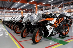 KTM RC 390 lined up